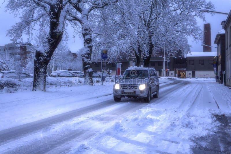 驾驶与冰和雪 免版税库存照片