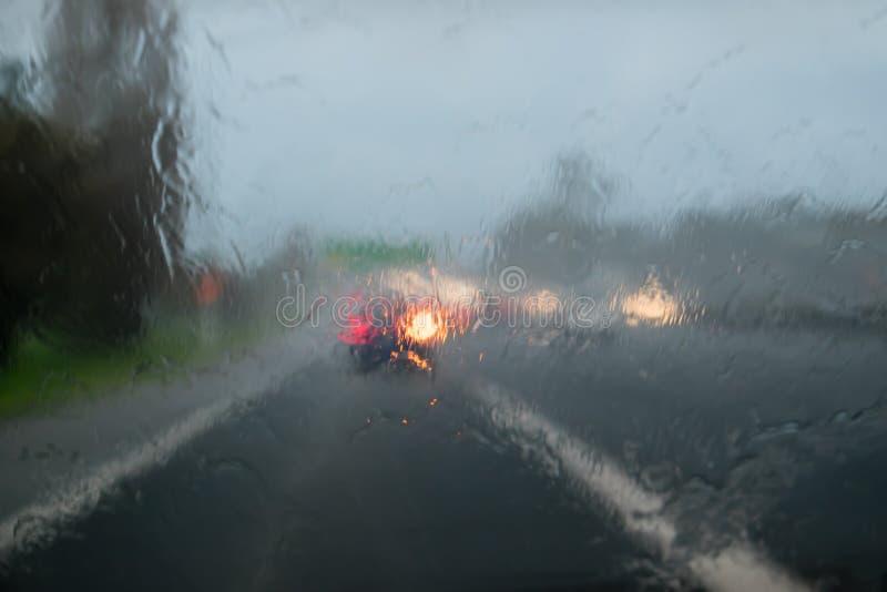 驾驶与在汽车挡风玻璃-州际高速公路1的大雨, Auc 库存照片