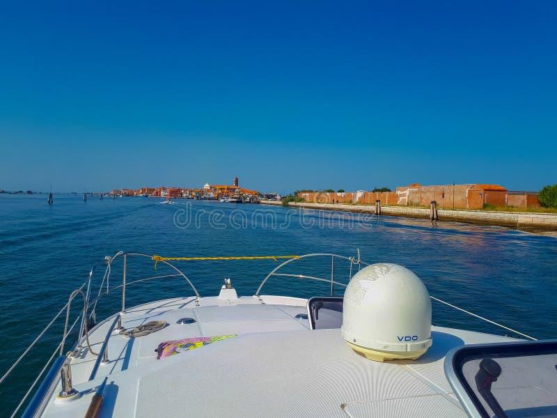 驾驶与小船从威尼斯 免版税库存图片