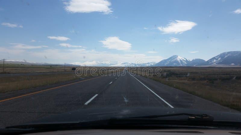 驾驶与山 免版税库存照片