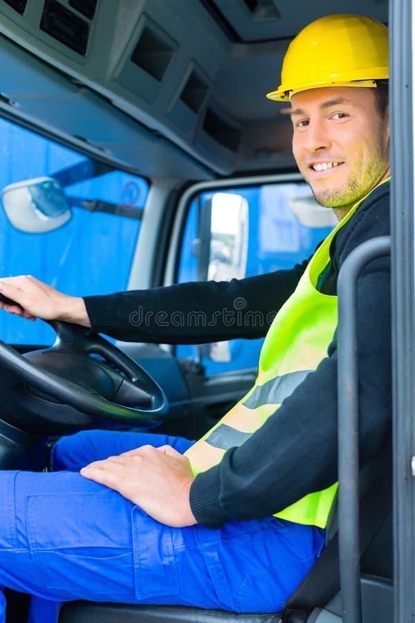驾驶与建造场所卡车的建造者  免版税库存图片