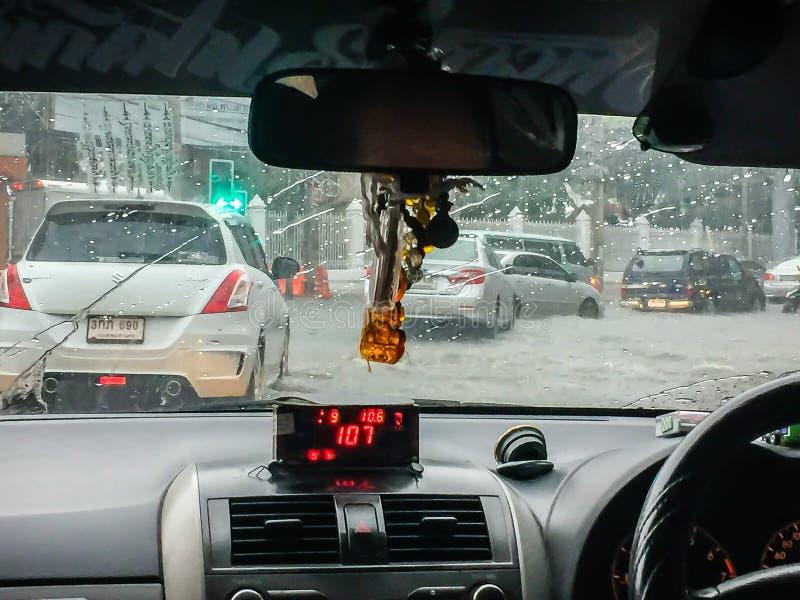 驾驶出租汽车通过大雨在晚上 交易在与冰雹的大雨下在与不良视界的处境危险, 免版税图库摄影