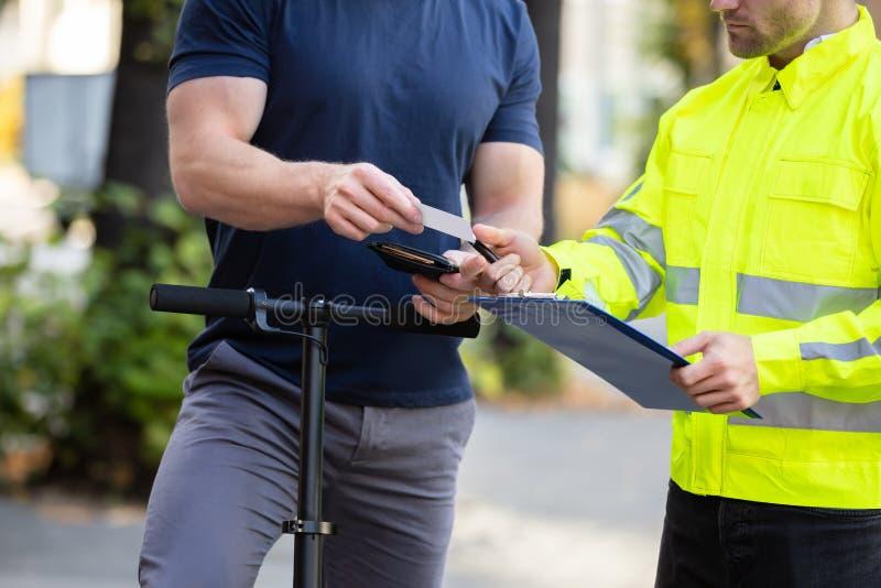 驾驶员向警察出示驾照 免版税图库摄影