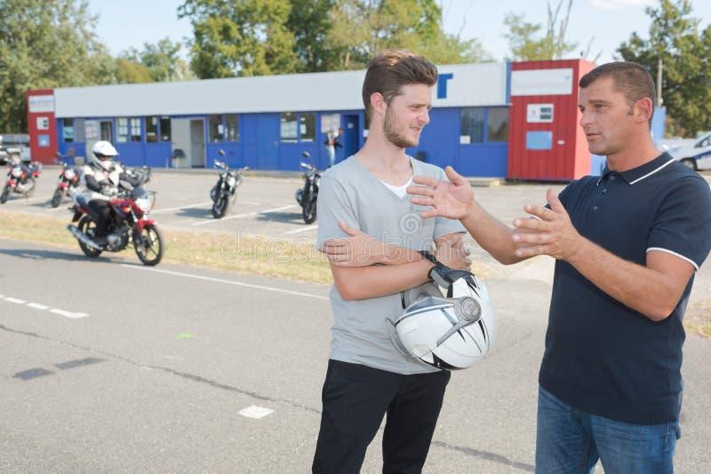驾驶员训练的低功率摩托车在驾校 库存照片