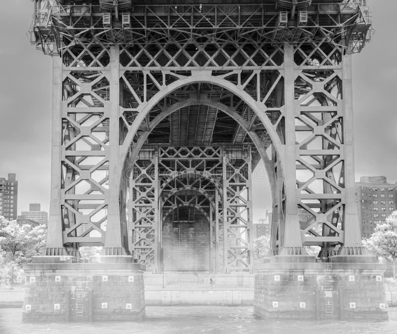 驾驶哈得逊河在有雾的曼哈顿桥梁下在黑白的曼哈顿纽约 免版税库存图片