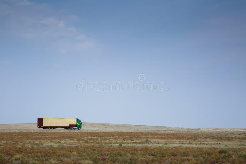 驾驶在乡下的卡车 免版税库存照片