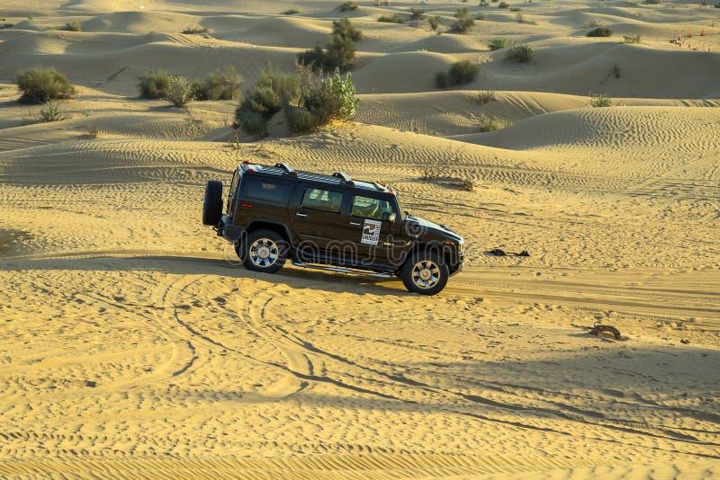 驾驶在吉普沙漠徒步旅行队发嗡嗡声的东西H2 免版税库存照片