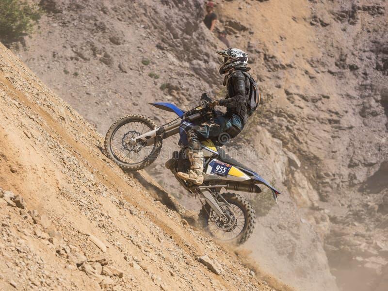 驾驶在尘土的摩托车 免版税图库摄影