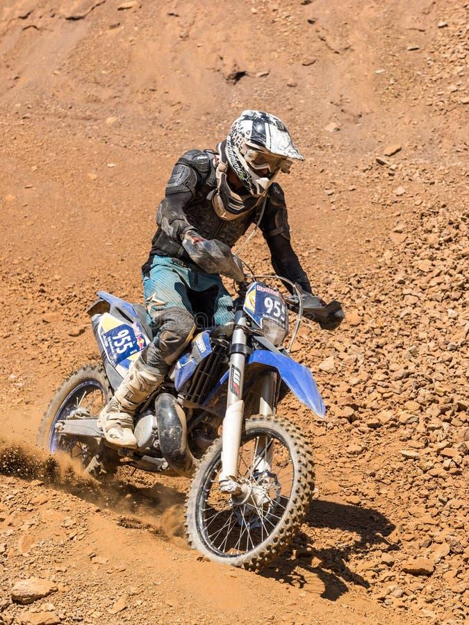 驾驶在尘土的摩托车 免版税库存照片