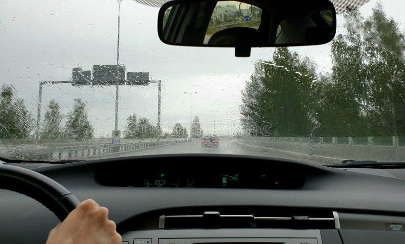 驾驶在恶劣天气-在旅行的大雨 免版税库存照片
