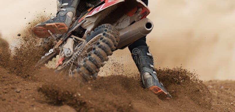 驾驶在摩托车越野赛种族的车手 免版税图库摄影
