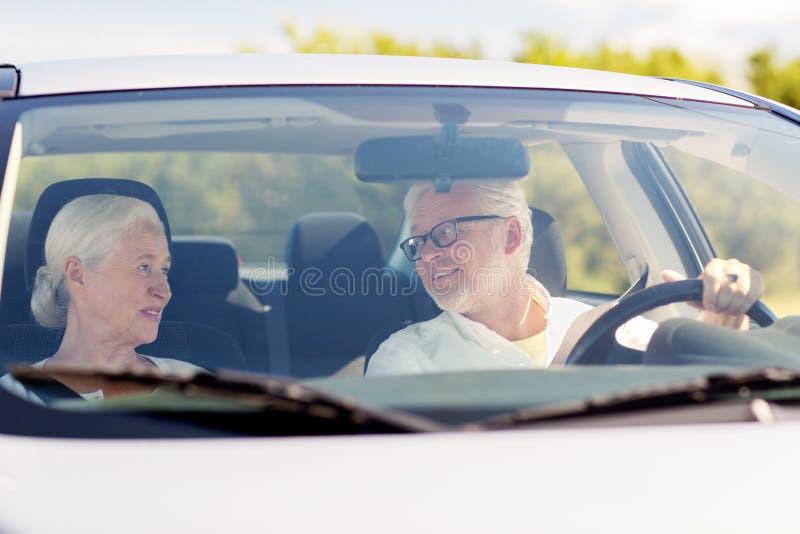 驾驶在汽车的愉快的资深夫妇 库存照片