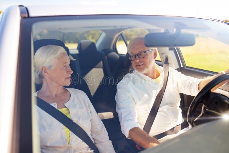 驾驶在汽车的愉快的资深夫妇 库存图片