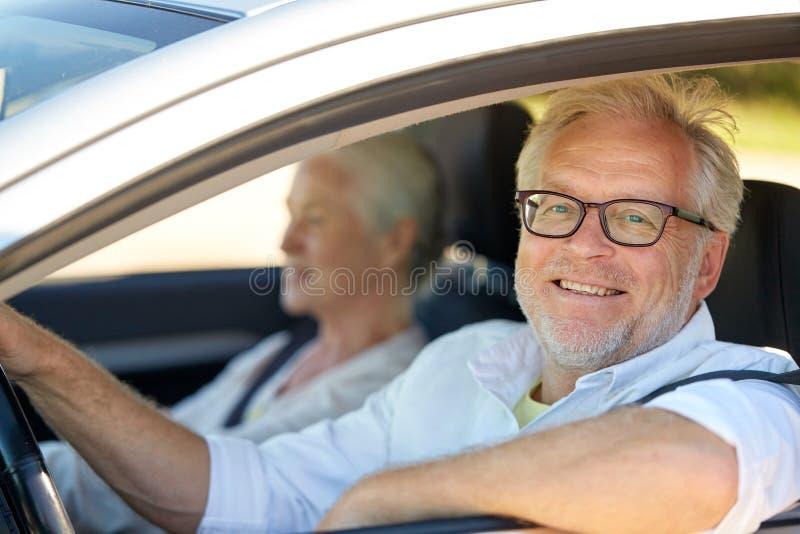 驾驶在汽车的愉快的资深夫妇 图库摄影