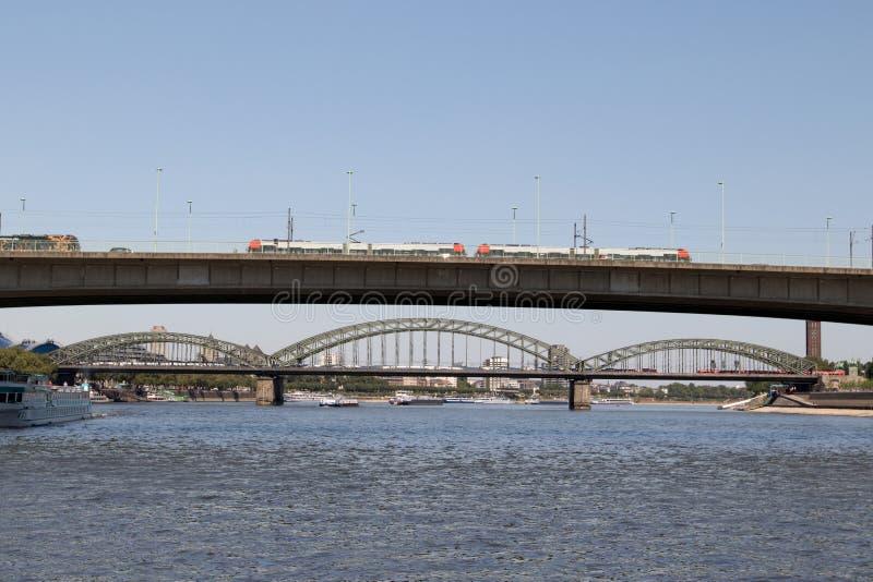 驾驶在科隆香水动物园桥梁的火车观看从莱茵河视域在观光的小船旅行期间 库存照片