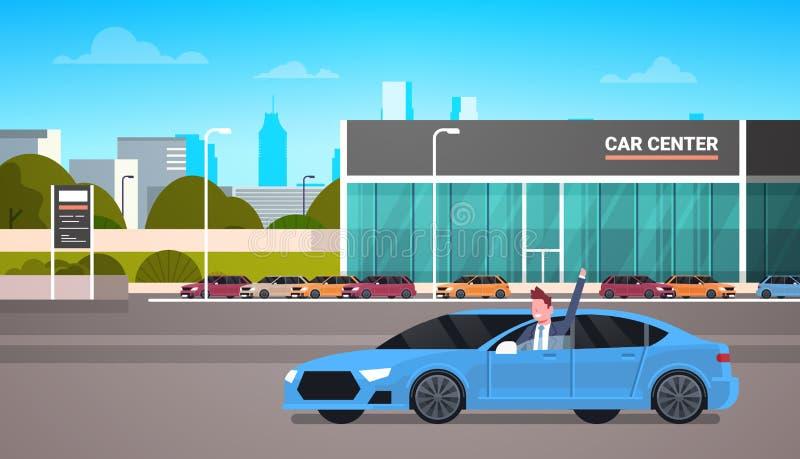 驾驶在经销权中心陈列室大厦背景的愉快的所有者新的汽车 皇族释放例证