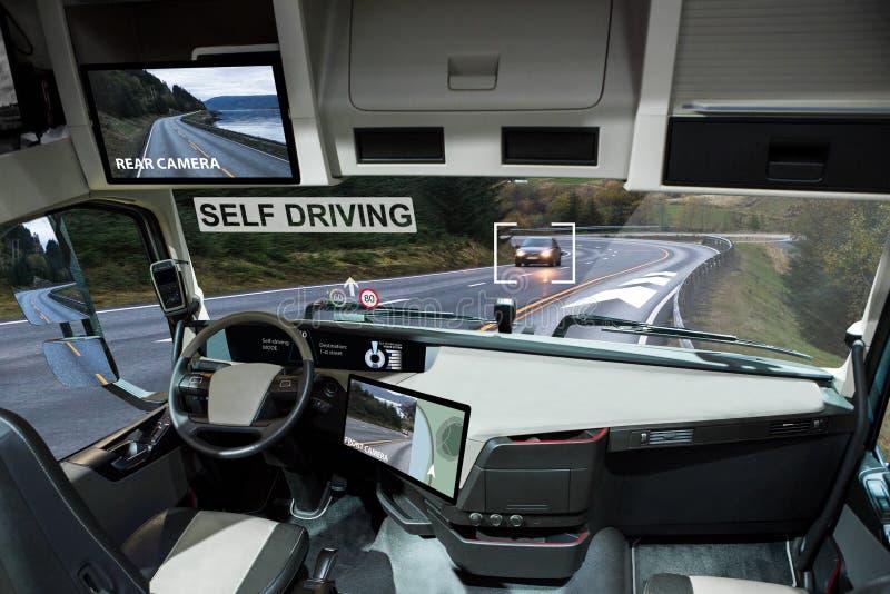 驾驶在路的自已电卡车 免版税库存图片