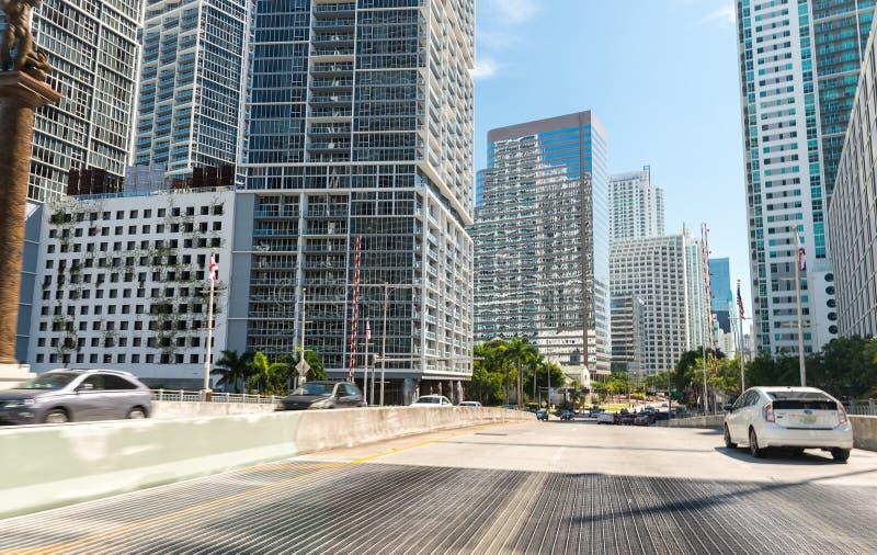 驾驶在迈阿密,佛罗里达 沿主路的城市大厦 免版税库存图片