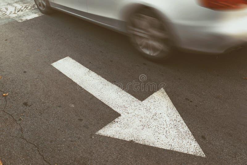 驾驶在错误的方向的汽车反对交通箭头签字 库存图片