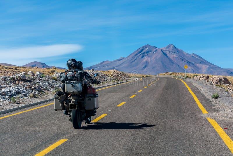驾驶在阿塔卡马沙漠,茫茫荒野的夫妇 免版税库存图片