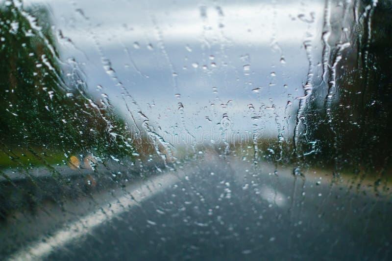 驾驶在雨中,司机视图 库存图片