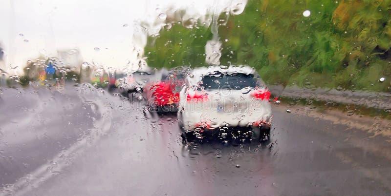 驾驶在雨风暴的一辆汽车 库存照片