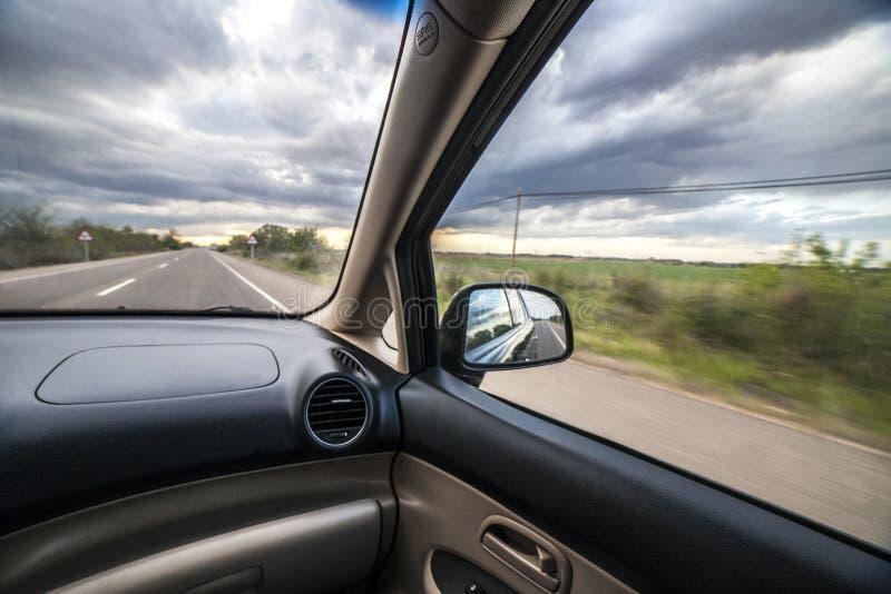 驾驶在风雨如磐的天空下 库存照片