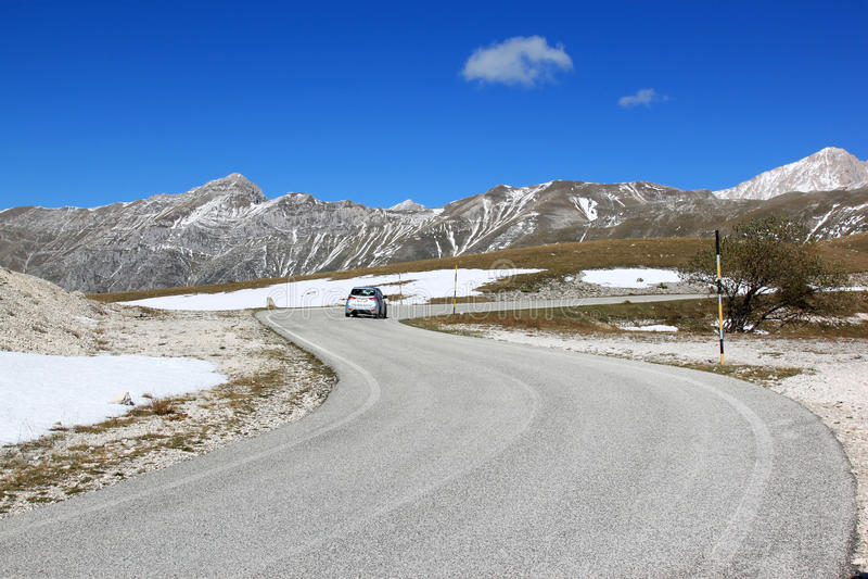 驾驶在Gran Sasso公园,亚平宁山脉,意大利 免版税库存图片