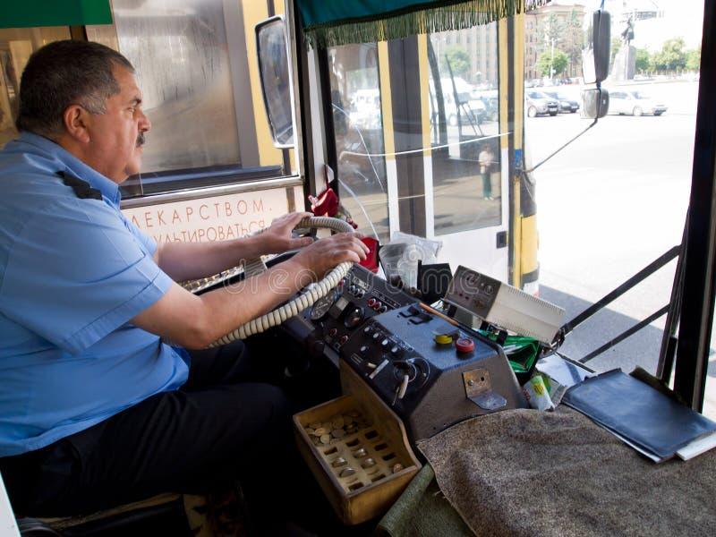 驾驶城市公共汽车的公共交通工具司机在俄罗斯 图库摄影