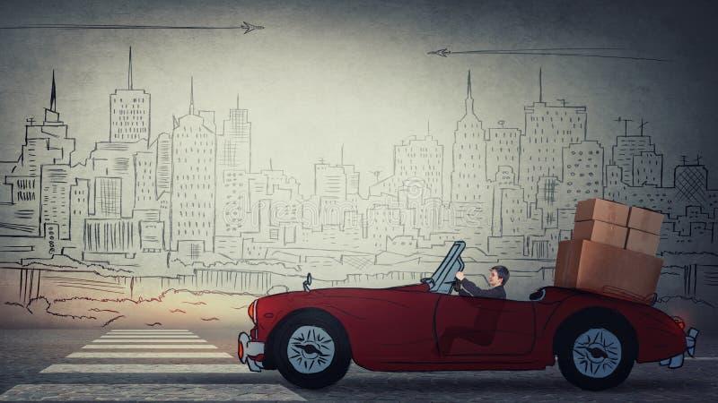 驾驶她有她的材料的妇女减速火箭的红色汽车,运载的和装载的纸板箱 包装和搬到一个新房,旅行 库存照片