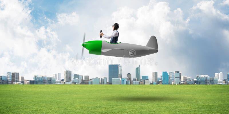 驾驶小螺旋桨推进式飞机的年轻飞行员 库存照片