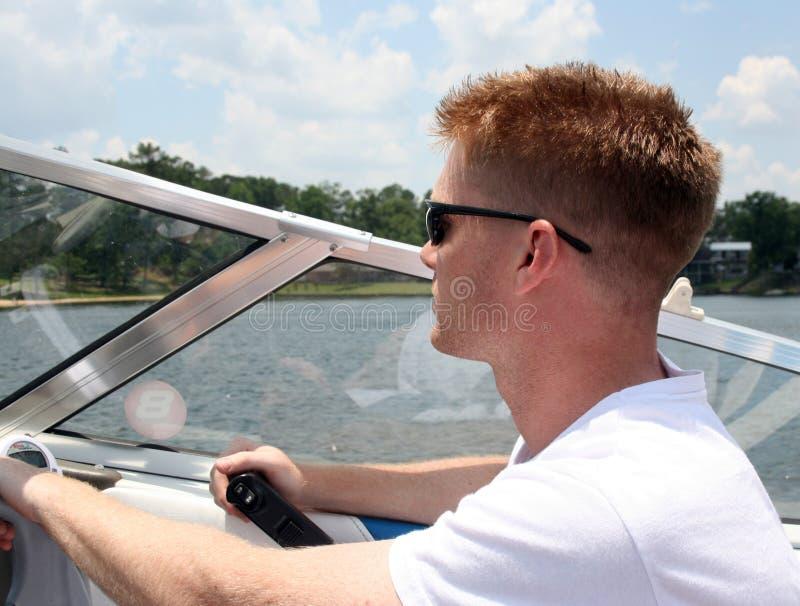 驾驶快艇的年轻人 免版税库存照片