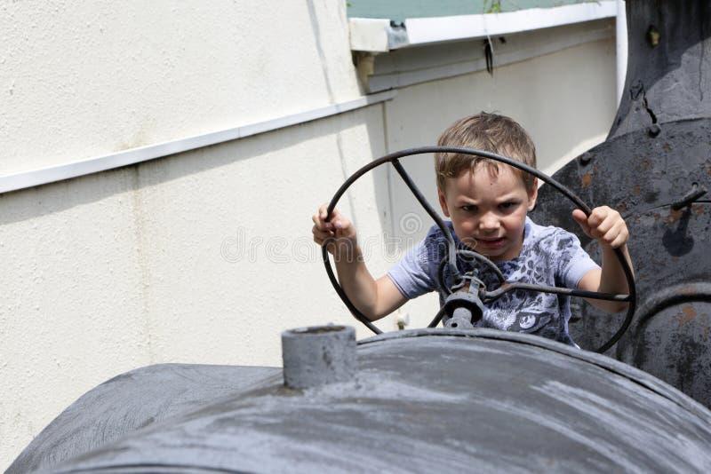 驾驶拖拉机的孩子 免版税库存图片