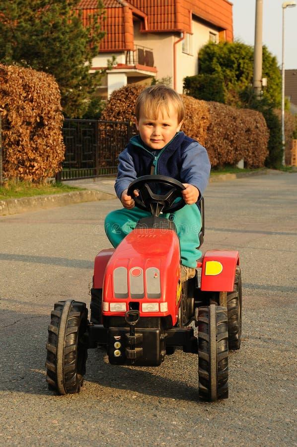 驾驶拖拉机的男孩 免版税库存照片