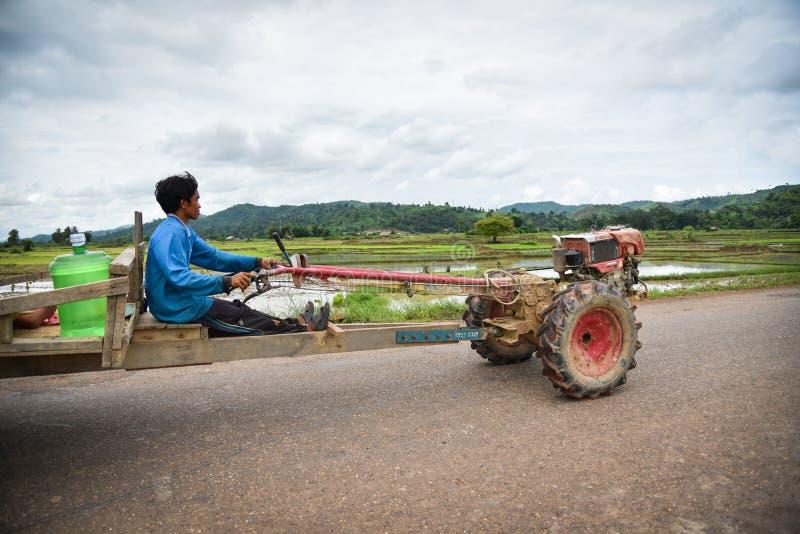 驾驶拖拉机的老挝农夫 免版税库存图片