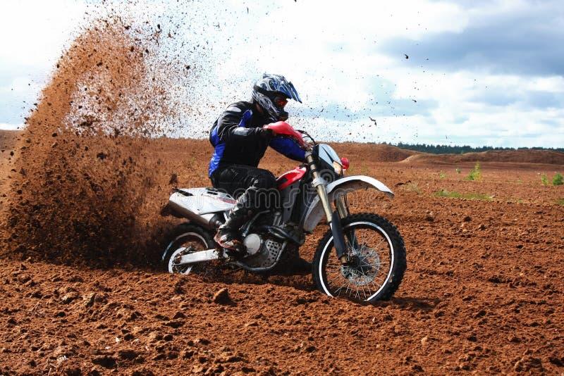 驾驶摩托车的土路 免版税图库摄影