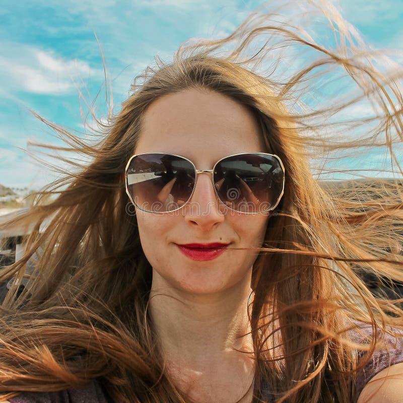 驾驶敞篷车的迷人的妇女 库存图片