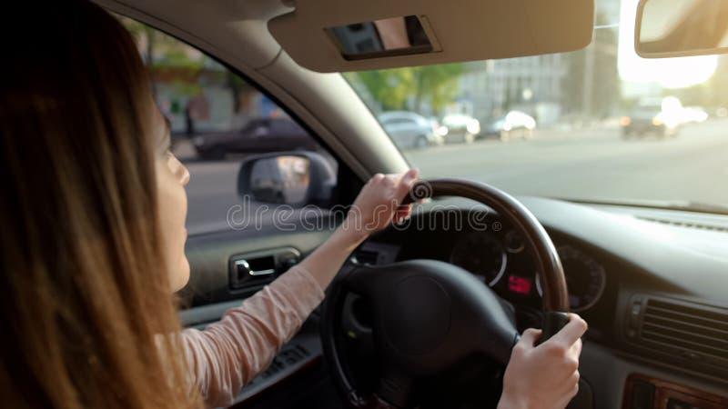 驾驶有延长的遮阳帘的,安全运输的少妇汽车 库存图片
