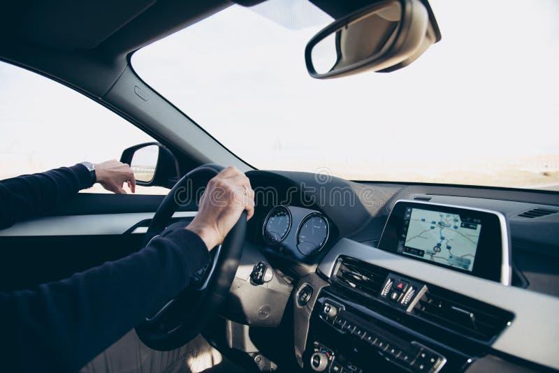 驾驶有航海的GPS的人侧视图汽车 图库摄影