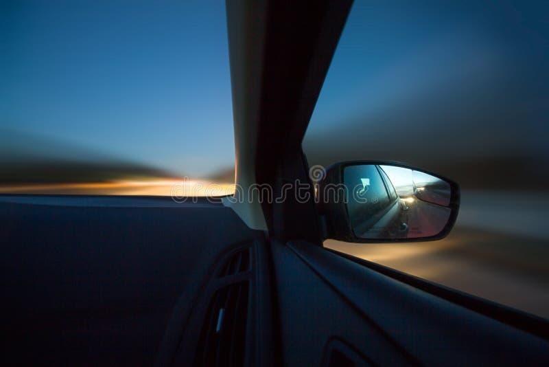 驾驶汽车在黄昏 库存图片