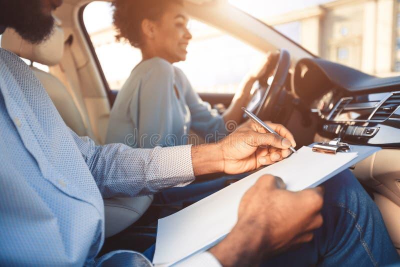 驾驶汽车感觉的驾照考试年轻女人无经验 免版税图库摄影