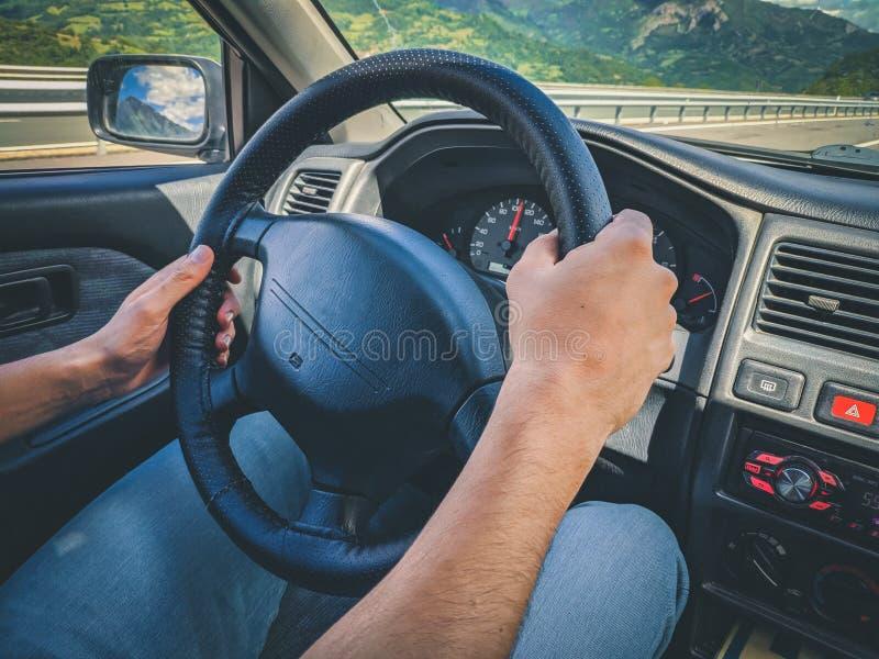 驾驶汽车的一个人的普通照片 免版税库存图片