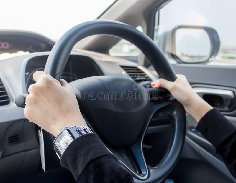 驾驶汽车的妇女 图库摄影