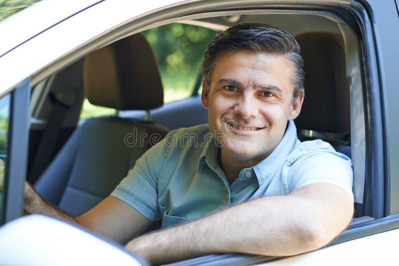 驾驶汽车的成熟人画象 免版税库存图片