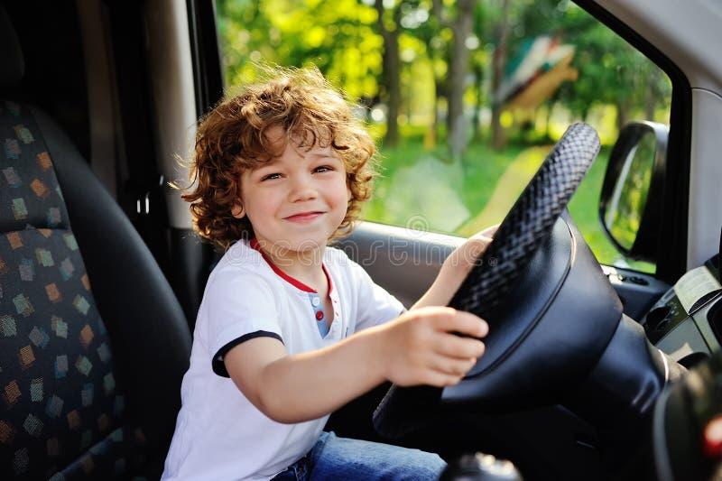 驾驶汽车的男婴 免版税库存照片