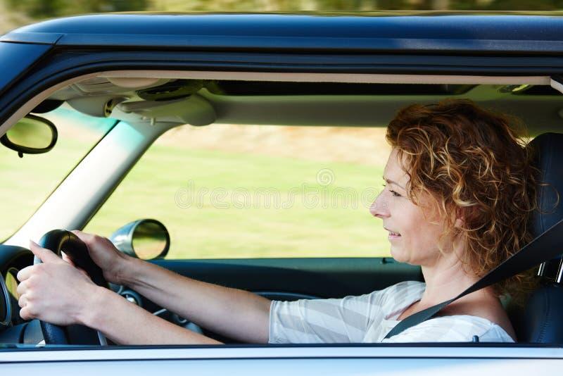 驾驶汽车的老妇人 免版税库存图片