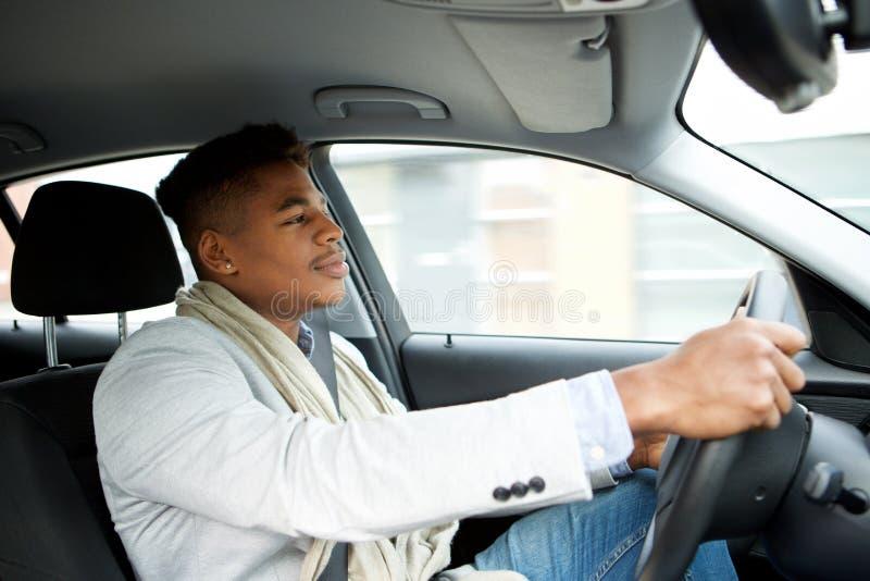 驾驶汽车的英俊的年轻非裔美国人的人 免版税图库摄影