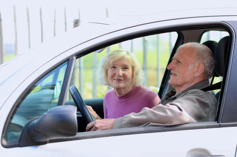 驾驶汽车的资深夫妇 图库摄影