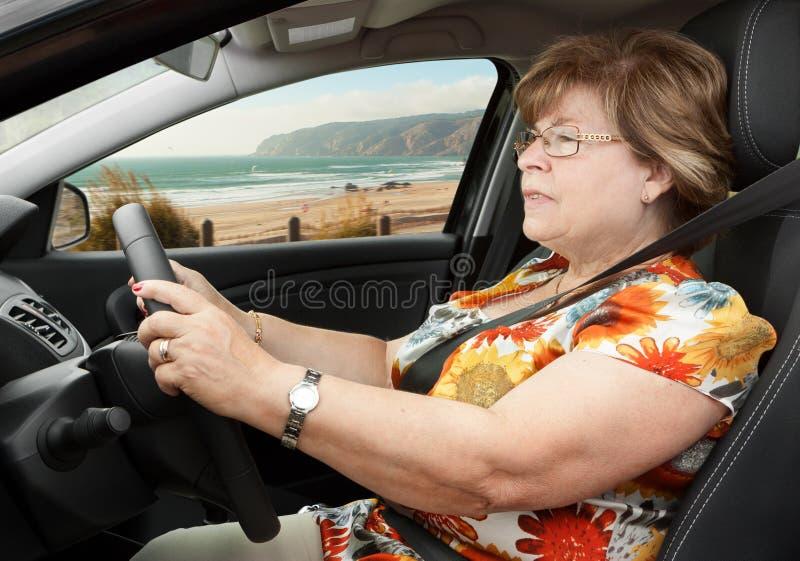 驾驶汽车的资深妇女 免版税库存图片