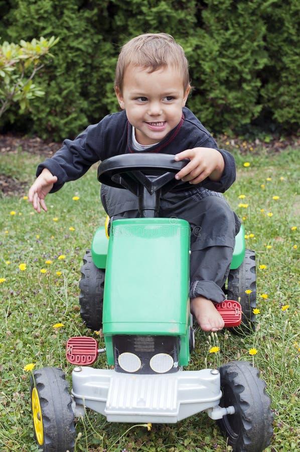 驾驶玩具拖拉机的孩子 库存图片